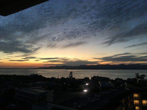 スカイコート棟の客室から浜名湖夕焼けの眺め