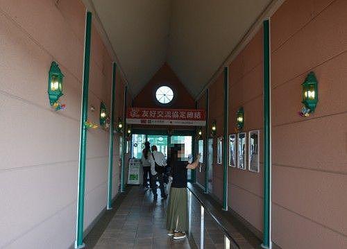 かんざんじ駅の構内の様子