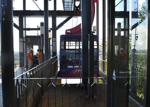 大草山駅とロープウェイのゴンドラ