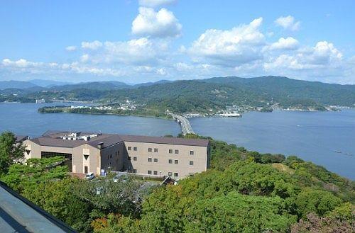 大草山展望台から見える東名高速とかんざんじ荘