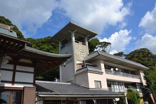 本堂横の大梵鐘の建物