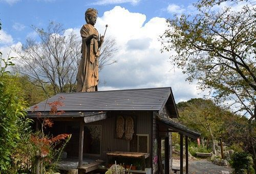 聖観音菩薩像とその隣にある小屋