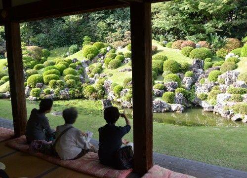 縁側に座って龍潭寺庭園を見る