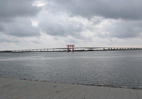 弁天島海浜公園から見えた鳥居の景色