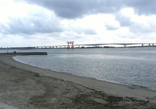 弁天島海浜公園の砂浜から見た鳥居