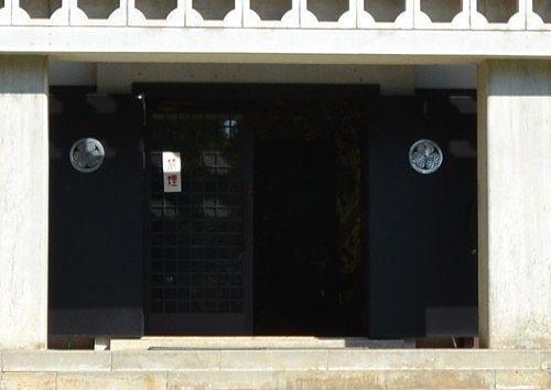 西来院本堂扉にある葵の御紋
