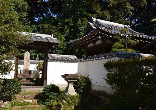 築山殿の霊屋と松平源三郎康俊の墓