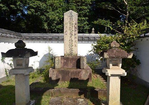 松平源三郎康俊の墓
