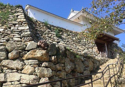 天守門に行く階段と石垣