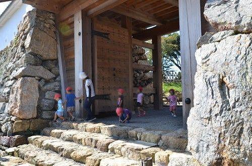天守門で遊ぶ子供たち