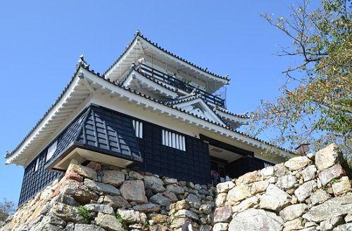 天守台にそびえたつ浜松城