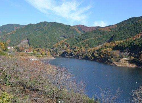梅田湖紅葉の景色