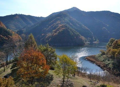 梅田湖畔の紅葉