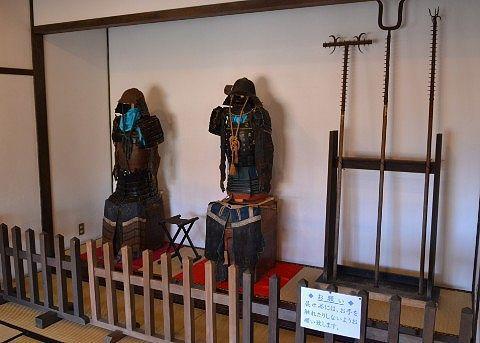 関所内にあった武具、甲冑や槍など