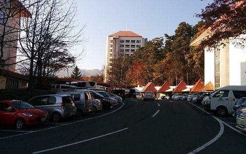 ホテルヴィレッジの建物と駐車場の様子