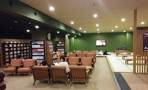 漫画コーナーと大広間休憩室