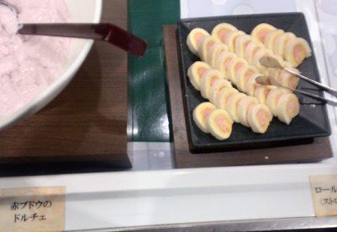 赤ブドウのドルチェとロールケーキ