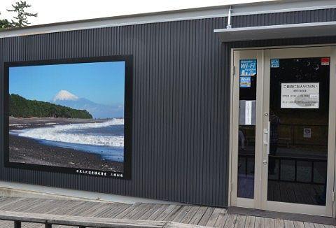三保松原と富士山の映像が見られるプレハブ
