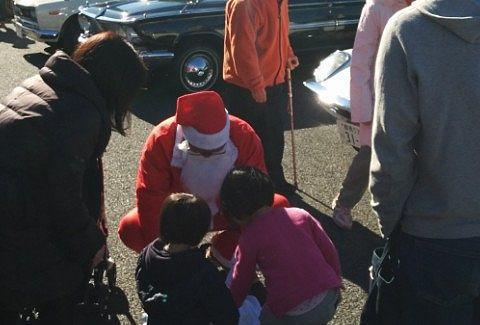 サンタが子供にプレゼント