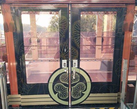 ゴンドラの扉にあった葵の御紋
