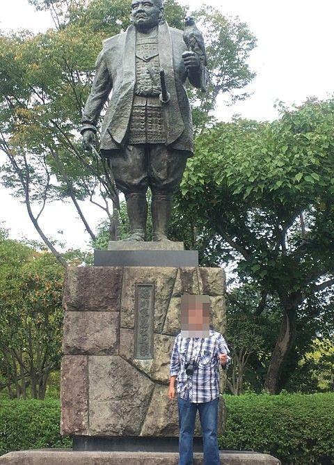 駿府城内の家康像との人との対比
