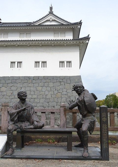 東御門と巽櫓と弥次さん喜多さんの像