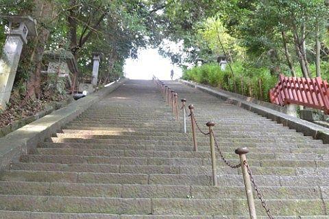 境内の急階段の様子