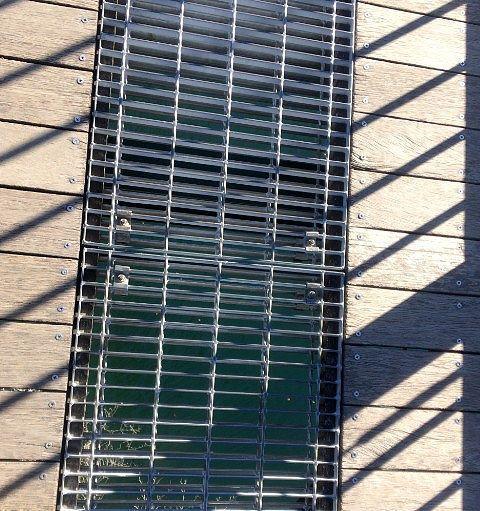 吊り橋の通路の網