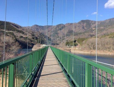 もみじ谷大吊橋と山々の景色
