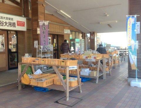 野菜などの物産コーナー