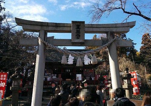 拝殿前鳥居の初詣の様子