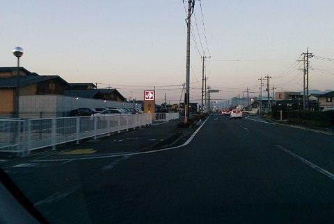 道路沿いに見える「ゆ」のロードサイン