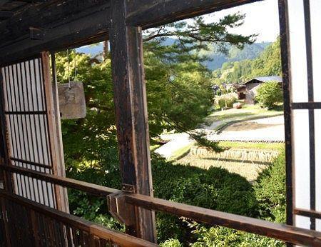 和田家の窓から外の様子を見る