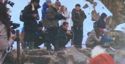 Snow monkeyの写真を撮る観光客
