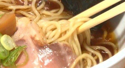 しょうゆラーメンの麺とスープ