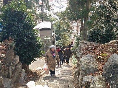 石段を上がってくる人たち