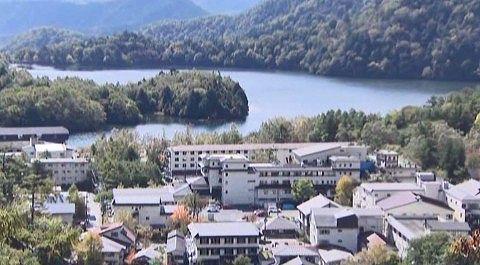 湯ノ湖と温泉街