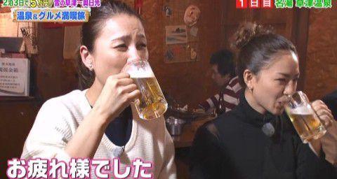 美味しそうにビールを飲む2人