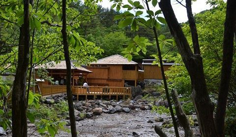 木立の中の西の河原露天風呂外観