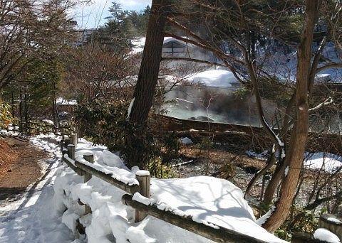 遊歩道から丸見えの西の河原露天風呂