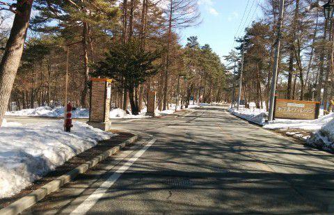 雪のホテルヴィレッジ前の道路