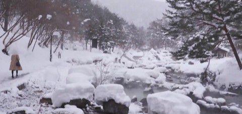 大雪の降ってる西の河原公園の風景