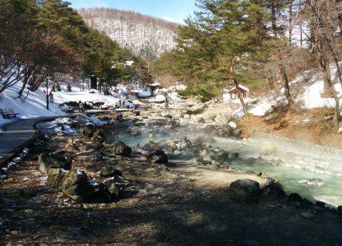 雪が少し残ってる西の河原公園の景色