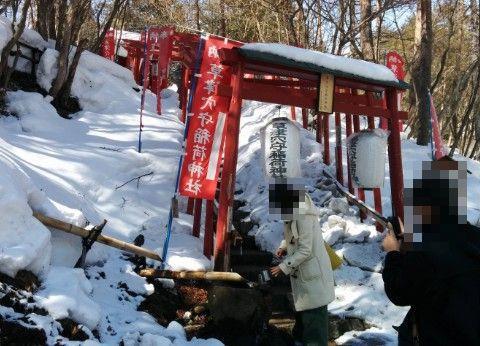 雪のある穴守稲荷神社の境内