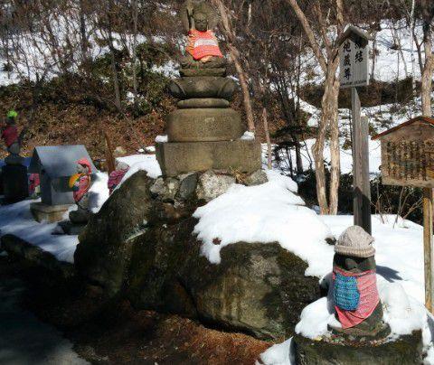 雪景色の中の縁結び地蔵尊