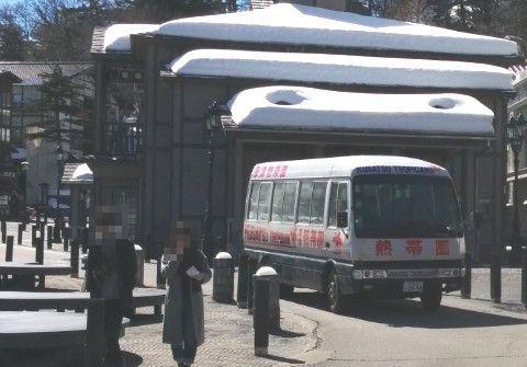 湯畑を走る草津熱帯圏のバス