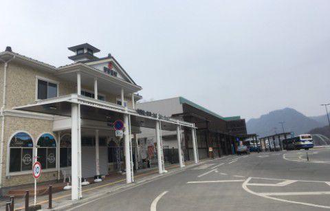 雪のない長野原草津口駅の景色