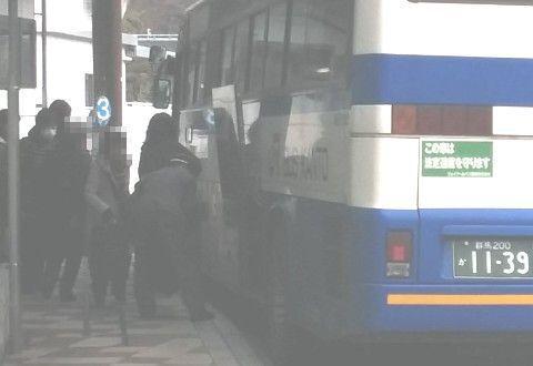 バスに荷物を積み込む運転手