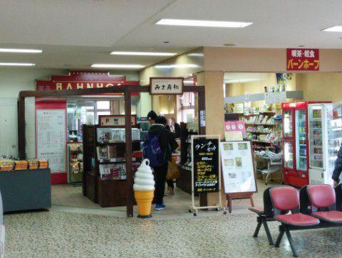 お土産コーナーと軽食の店