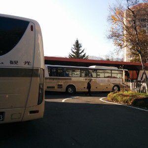 ホテルビレッジ玄関に並んでる大型バス